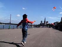 Yoshinori Niwa, Kite Flying with Local People, Düsseldorf, 2006. Documentation of performance. Courtesy of the artist.